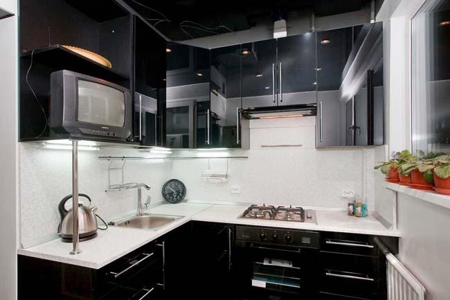 маленькая чёрно белая кухня